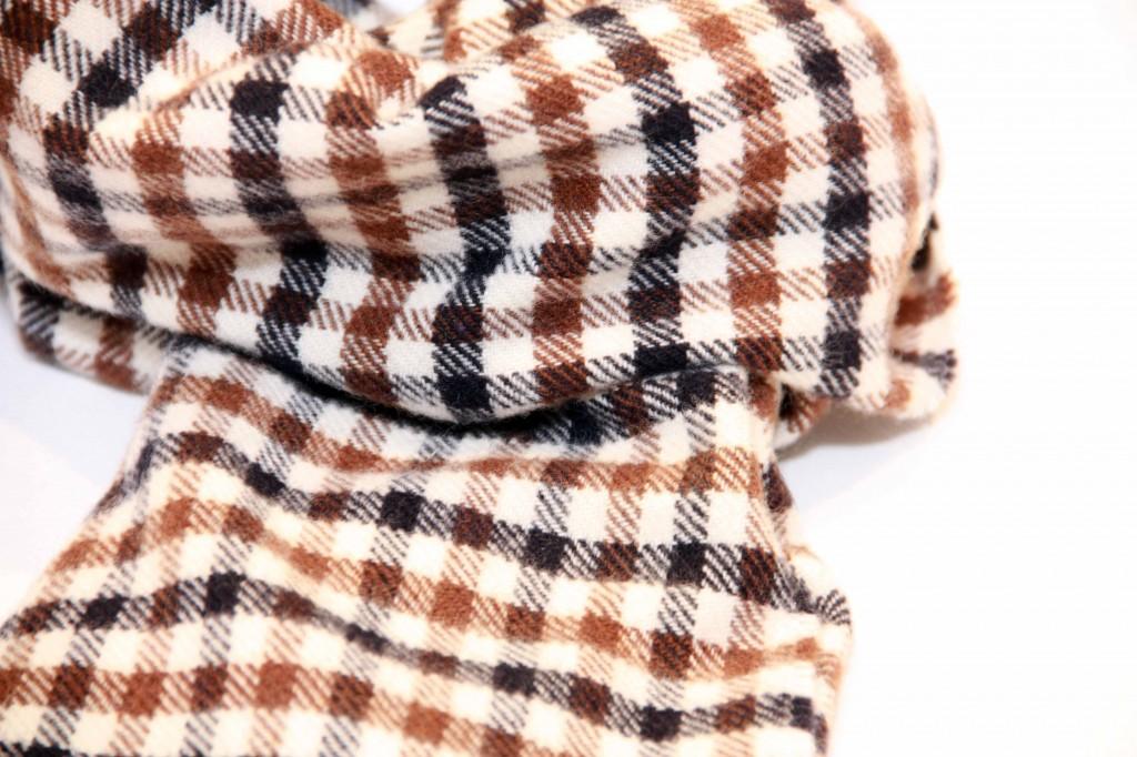 Ammira i dettagli della sciarpa aquascutum. Realizzata in puro cachemire.