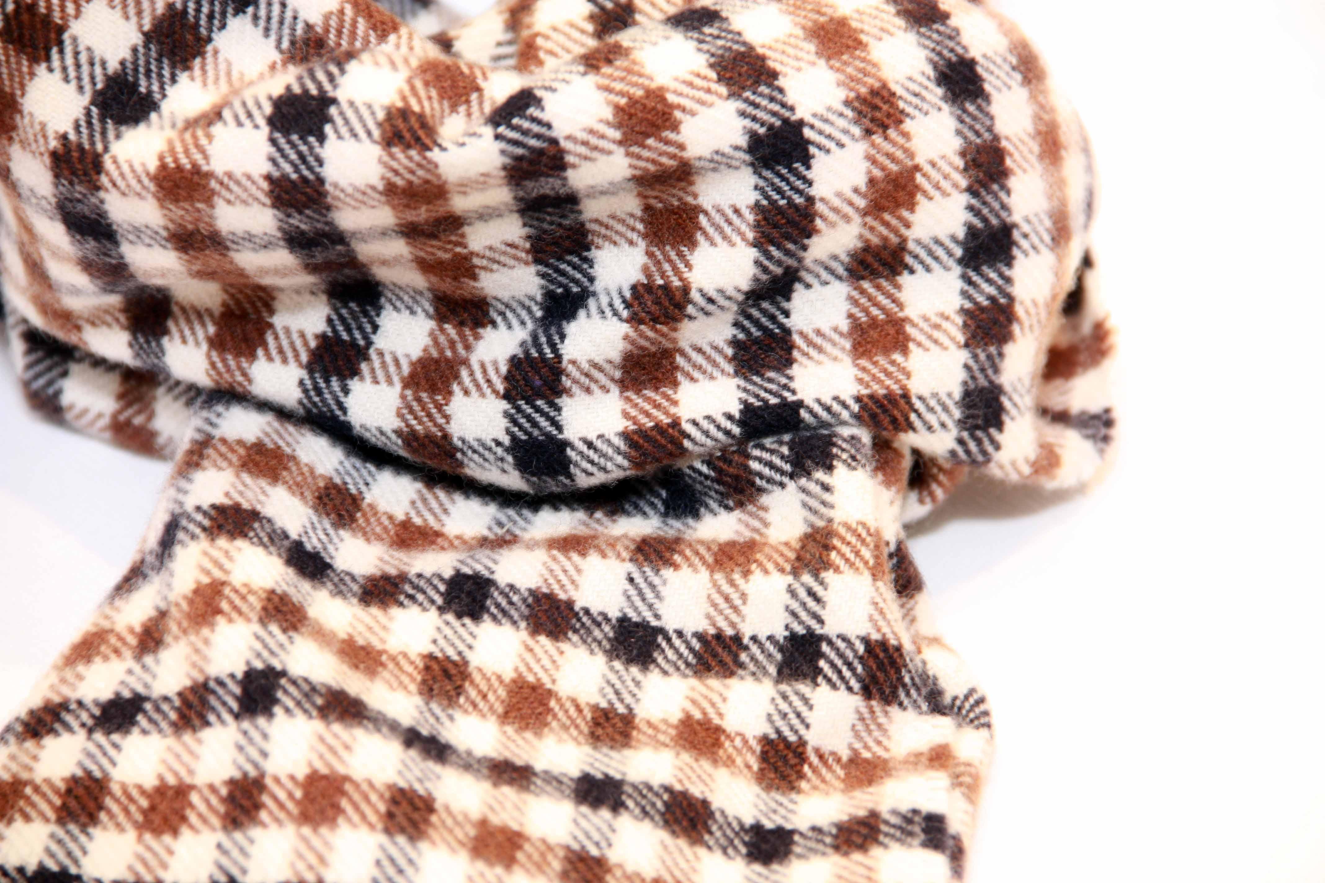 Ammira i dettagli della sciarpa aquascutum. Realizzata in puro cachemire. 06af1b6debc
